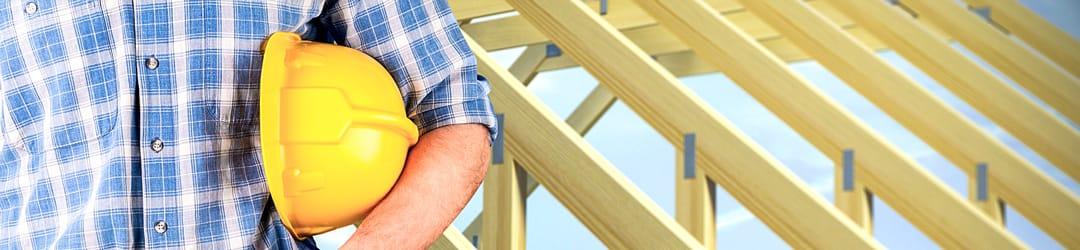 charpente de toiture et ouvrier